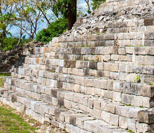 In Lubantuun, einer Maya-Stätte auf Belize, soll angeblich der berühmte Mitchell-Hedges-Kristallschädel gefunden worden sein - © elnavegante / Shutterstock