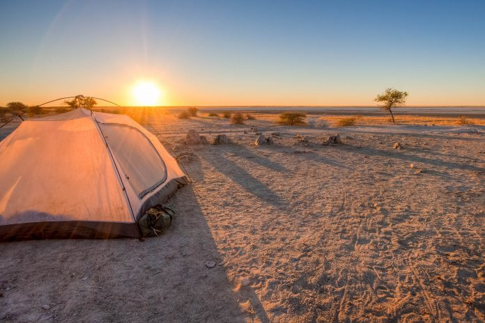 Ein Zelt in der Makgadikgadi Salzpfanne im Norden von Botswana - © Jandrie Lombard / Fotolia