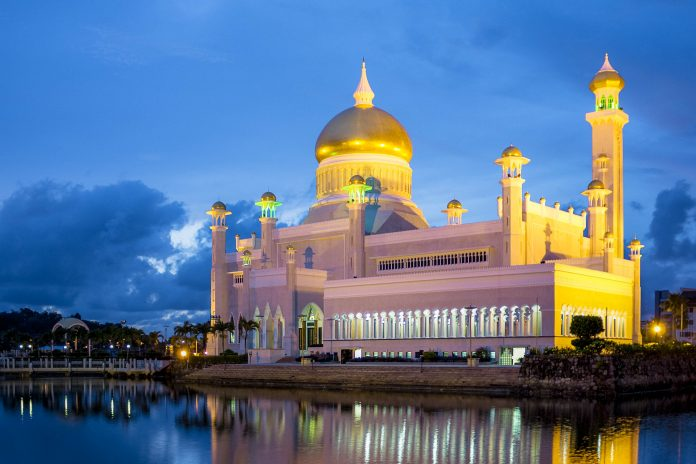 Nächtliches Panorama der Sultan Omar Ali Saifuddien Moschee, Bandar Seri Begawan, Brunei - © Shariff Che'Lah - Fotolia