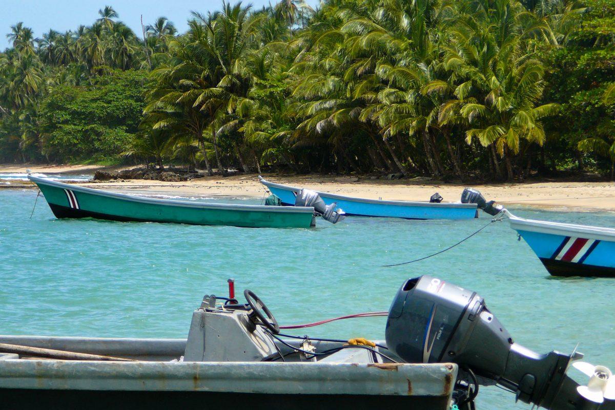 Boote in der Nähe der Ortschaft Puerto Viejo, Costa Rica - © Alan Kraft / Shutterstock