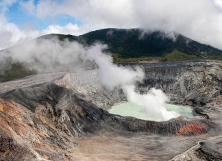 Der Poas-Vulkan in Costa Rica ist bei Besuchern äußerst beliebt, da sein Krater auf einer befestigten Straße mit dem Auto erreicht werden kann - © Ricky1973 / Fotolia