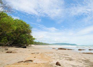 Weitläufiger Strandabschnitt bei Malpais, Costa Rica - © JeninVA / Shutterstock