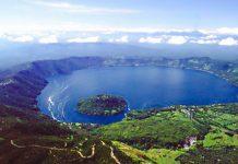 Der tiefblaue Lago Coatepeque im Krater eines ehemaligen Vulkans ist ein magischer Ort der Stille und Entspannung, El Salvador - © Laspelotas PD / Wikipedia