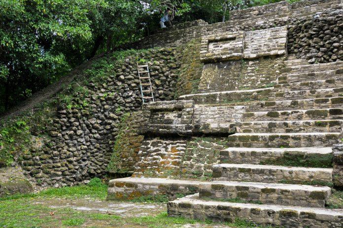 Die Ruinen von Cerén in El Salvador stellen im Gegensatz zu den meisten Maya-Stätten keine Tempel, sondern ein gewöhnliches Dorf dar - © Brandon Bourdages / Shutterstock