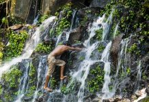 Ein Junge klettert am Wasserfall Los Tercios, El Salvador - © Andre Nantel / Shutterstock