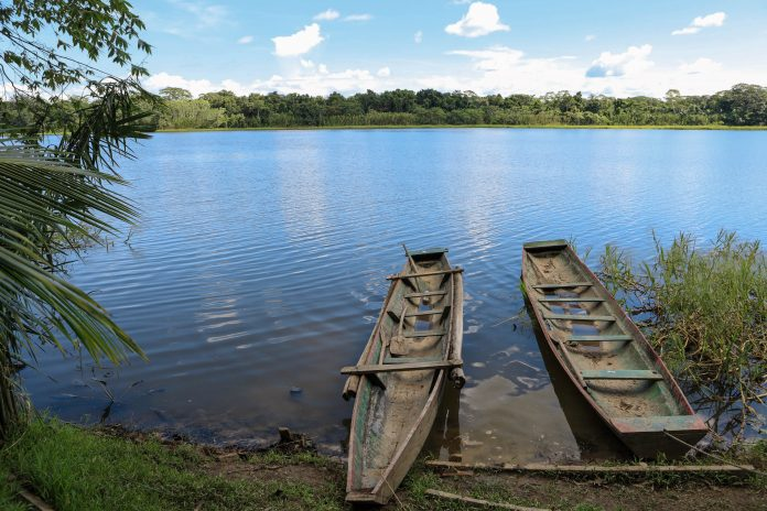 Das klassische Transportmittel auf dem Rio Maroni ist der traditionelle Einbaum, Französisch-Guyana - © hecke61 / Shutterstock
