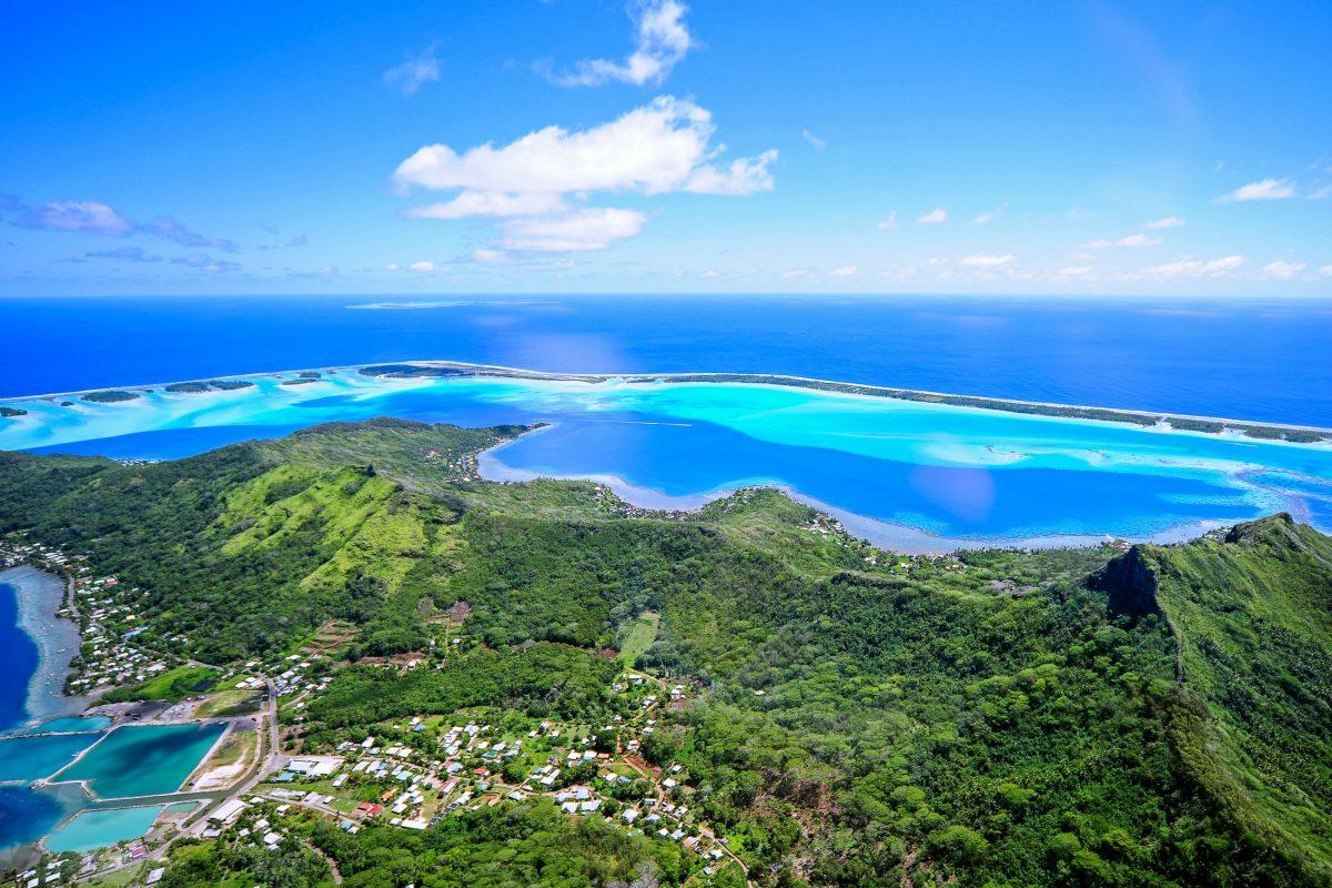Luftaufnahme der Lagune von Bora Bora in Französisch-Polynesien - © wilar / Shutterstock