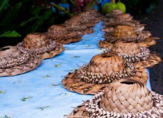 Am Nachtmarkt im Chamorro-Dorf auf Guam kann man vielfältige Waren erstehen und typischen Tänzen des Chamorro-Volkes beiwohnen - © DANIEL BARQUERO / Shutterstock