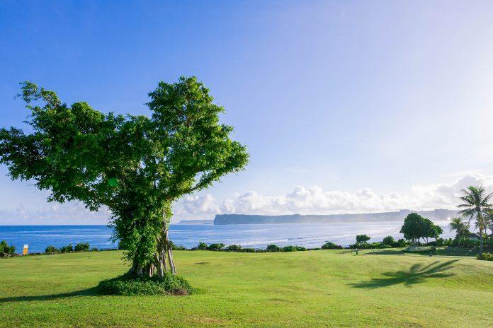 Atemberaubende Aussicht über die Tumon-Bucht vom Two Lover's Point auf der Südsee-Insel Guam - © IZO / Shutterstock