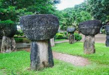 Der Latte-Park in Hagatna befindet sich am Fuß des Hügels hinter der Kathedrale, die ausgestellten Latte-Steine sind etwa 1.000 Jahre alt, Guam - © Rodrigo Roy Boncato / Fotolia
