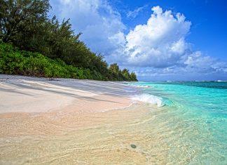 Der Ritidian Strand im einsamen Nordosten von Guam im Pazifik hat das typische Erscheinungsbild eines perfekten Bilderbuch-Strandes - © J'nel / Shutterstock
