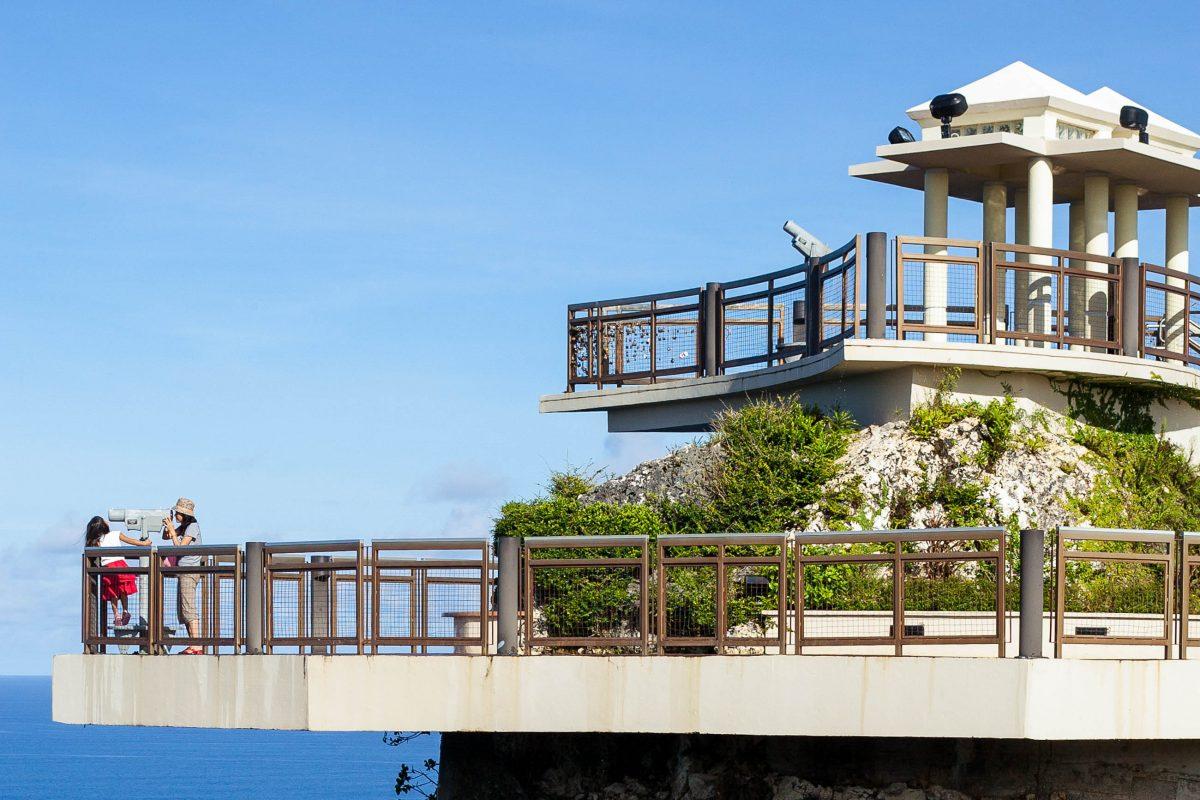 Die Legende vom Two Lover's Point erzählt, dass sich ein verbotenerweise verliebtes Paar gemeinsam von dieser Klippe stürzte, Guam - © IZO / Shutterstock