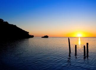 Sonnenuntergang auf der Insel Roatán, Honduras - © Chepe Nicoli / Shutterstock