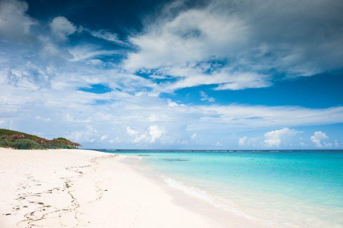 Anegada die zweitgrößte der Britischen Jungferninseln ist nur etwa 15km lang und 5km breit und bietet traumhafte weiße Sandstrände - © Ethan Daniels / Shutterstock