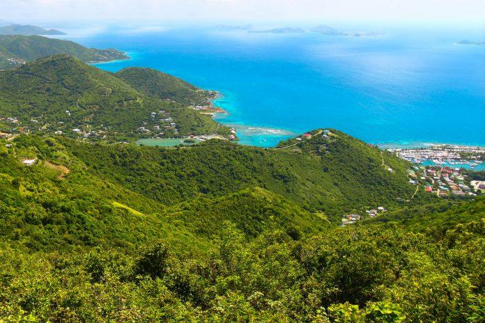 Blick von den Berghängen des Mount Sage Nationalparks über den üppigen Regenwald auf die Ortschaft Tortola, Jungfern Inseln - © Wirepec / Fotolia