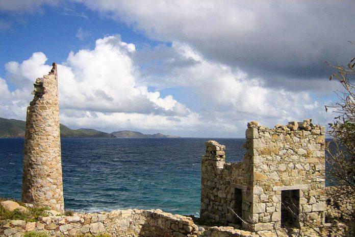 Der Copper Mine Point auf den Jungferninseln ist seit 2003 ein Nationalpark, der rund um eine alte Kupfermine aus dem 19. Jahrhundert errichtet wurde - © PD /Wiki