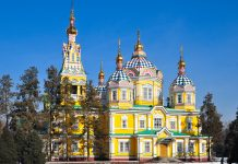 Die Christi-Himmelfahrts-Kathedrale in Almaty ist eine prachtvolle russisch-orthodoxe Kirche, Kasachstan - © rm / Shutterstock