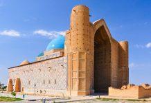 Das Mausoleum des Sufi-Heiligen Khoja Ahmed Yasawi wurde Anfang des 14. Jahrhunderts errichtet, Kasachstan  - © Djusha / Shutterstock