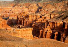 Der Charyn Canyon ist 150km lang und wurde durch den Charyn Fluss in die wildromantische Landschaft Kasachstans geschnitten, Kasachstan - © Maxim Petrichuk / Fotolia