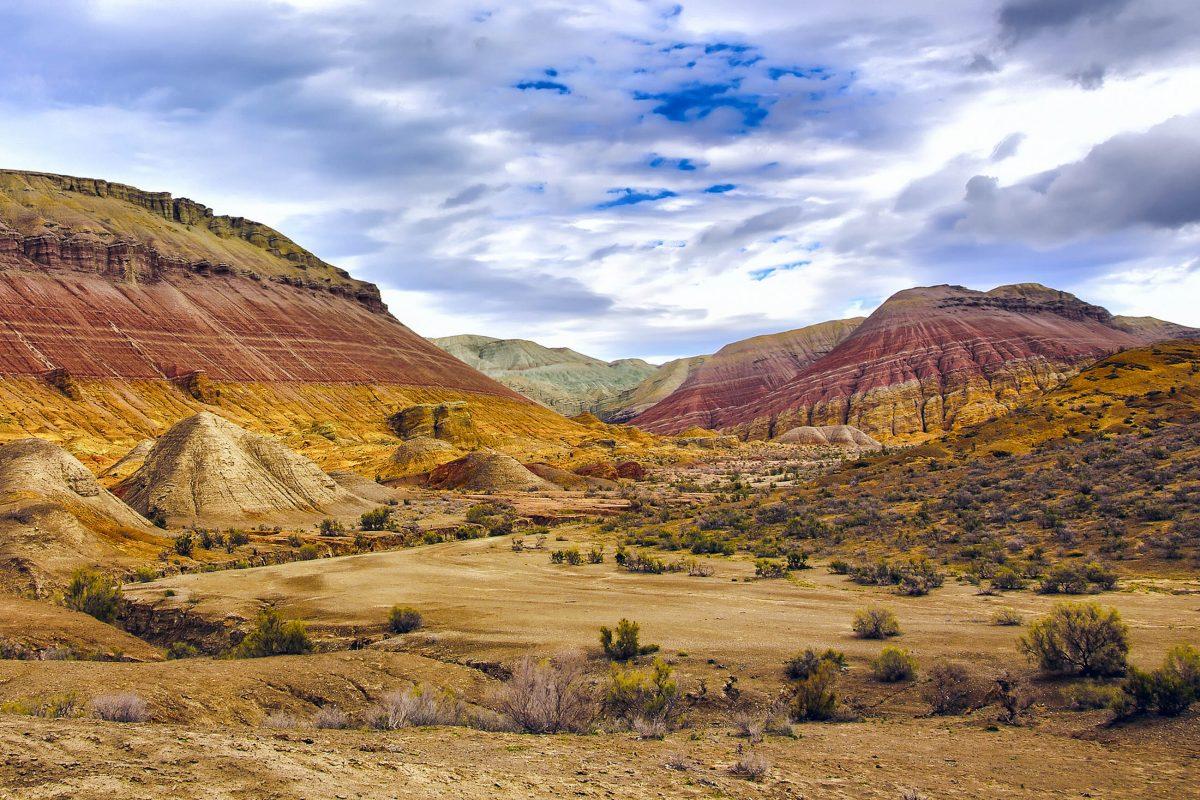 """Die in vielen Orange-, Rot- und Brauntönen schimmernden Berge von Aktau (""""die weißen Berge"""") im Altyn Emel Nationalpark, Kasachstan - © byheaven / Fotolia"""
