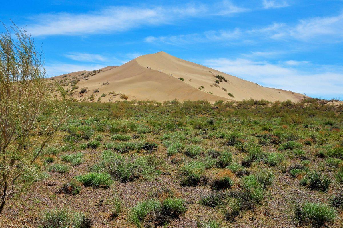 Die Singende Düne am rechten Ufer des Ili ist eine der Hauptattraktionen des Altyn Emel Nationalparks in Kasachstan - © Eduard Kim / Shutterstock