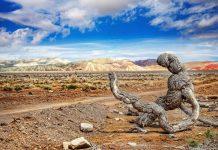Ein abgestorbener Ast vor der atemberaubenden Kulisse des Altyn-Emel-Nationalparks in Kasachstan, im Hintergrund die vielfarbigen Aktau-Berge - © Pikoso.kz / Shutterstock