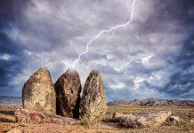 Ein Blitz schlägt in große Steine im Altyn Emel Nationalpark ein, Kasachstan - © byheaven / Fotolia