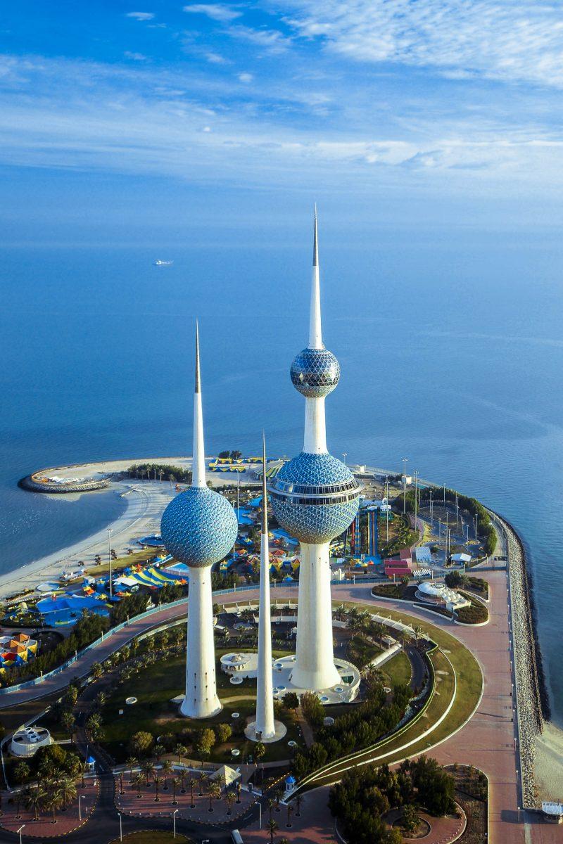 """Die Wassertürme von Kuwait City - auch """"Kuwait Towers"""" genannt - aus der Luft gesehen - © Nasser Buhamad / Shutterstock"""