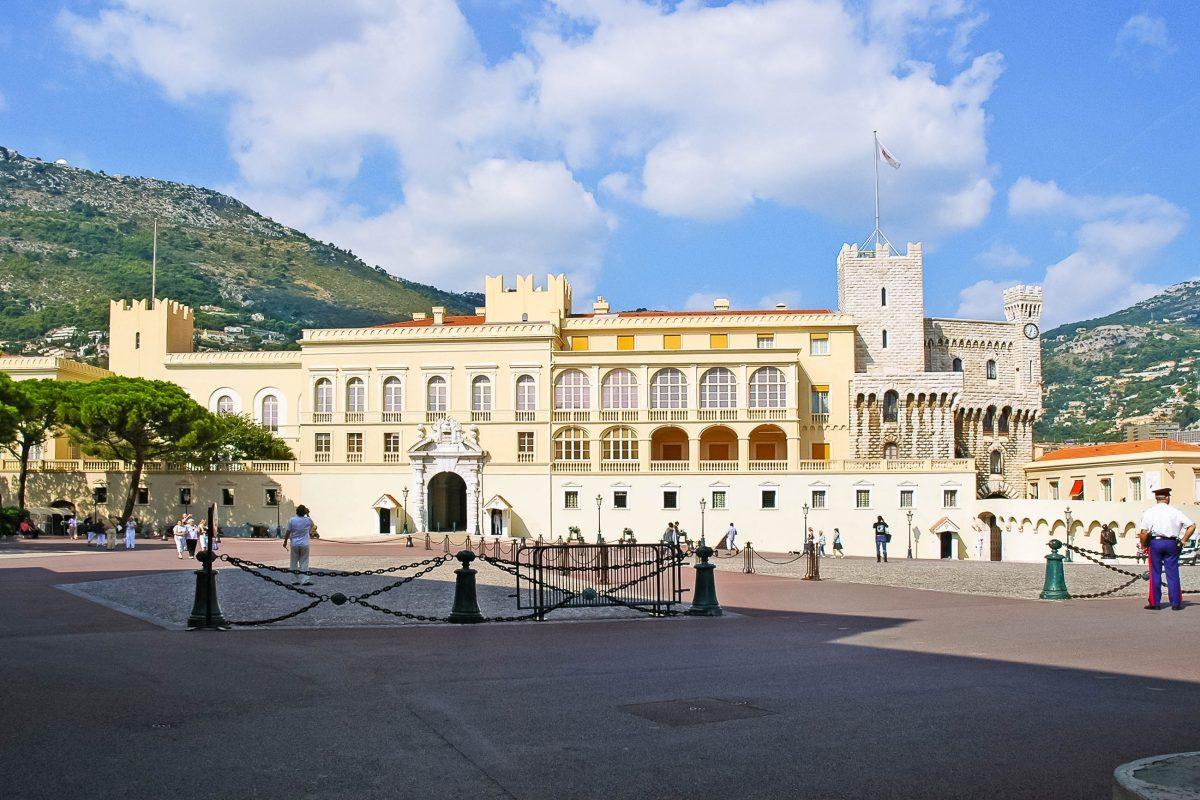 """Der Palais Princier thront auf dem Felsen """"Le Rocher"""" in der Altstadt von Monaco und ist die offizielle Residenz des Fürsten von Monaco - © maxbaer / Fotolia"""