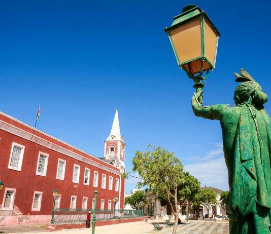 Der Hauptplatz von Ilha de Moçambique, Mosambik - © Grigory Kubatyan/Shutterstock