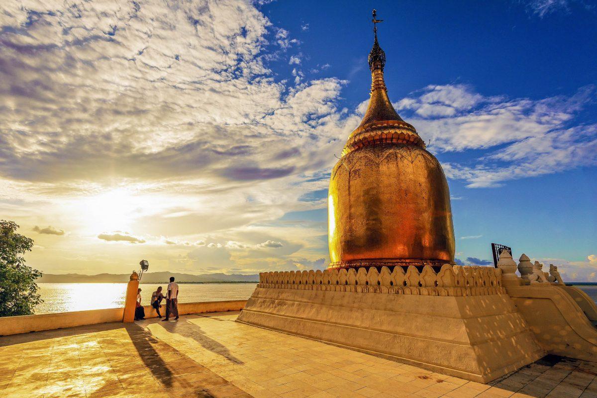 Die Bupaya-Pagode ist ein beliebter Treffpunkt für Touristen, um in der Tempelstadt Bagan den Sonnenuntergang zu genießen, Myanmar - © Ko.Yo / Shutterstock