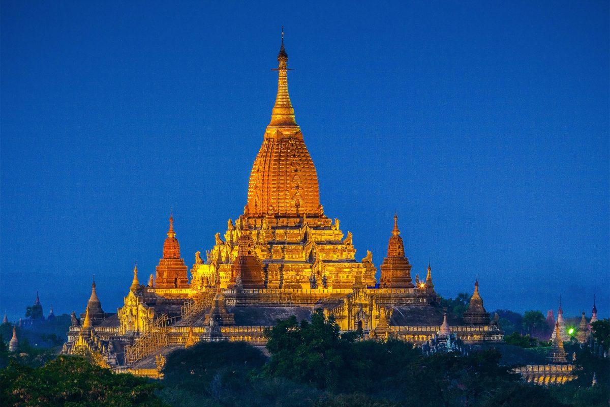 Im Ananda-Tempel, dem heiligsten Tempel Bagans, befinden sich vier 12m hohe Buddhastatuen, die in alle vier Himmelsrichtungen blicken - © Bule Sky Studio / Shutterstock