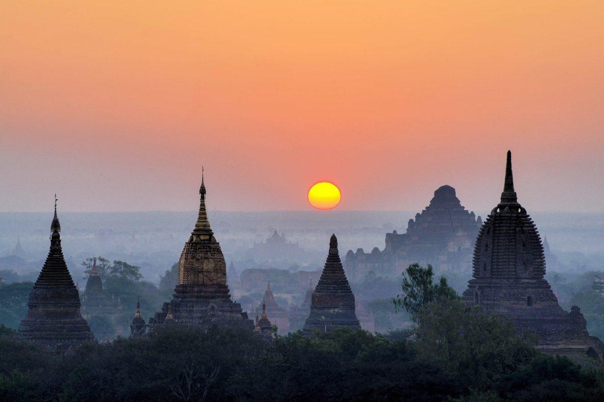 Spektakulärer Sonnenaufgang über den altehrwürdigen Tempeln von Bagan, Myanmar - © Det-anan / Shutterstock