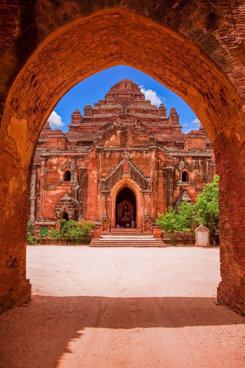 Eingang zum Dhamma Yangyi-Tempel, einem der massivsten Tempel in Bagan, Myanmar - © Rockongkoy / Shutterstock