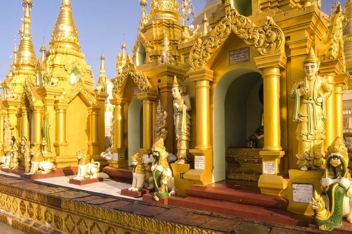 Die Shwedagon Pagode umfasst ist von weiteren kleinen Stupas, goldenen Schreinen und Altären, Pavillons und sitzenden und liegenden Budda-Statuen nahezu übersät, Myanmar - © D. Ott / Fotolia