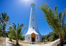 Der schneeweiße Leuchtturm auf der Insel Amédée ist mit einer Höhe von 56 Metern einer der höchsten Leuchttürme der Welt, Neu-Kaledonien - © Ethan Daniels / Shutterstock