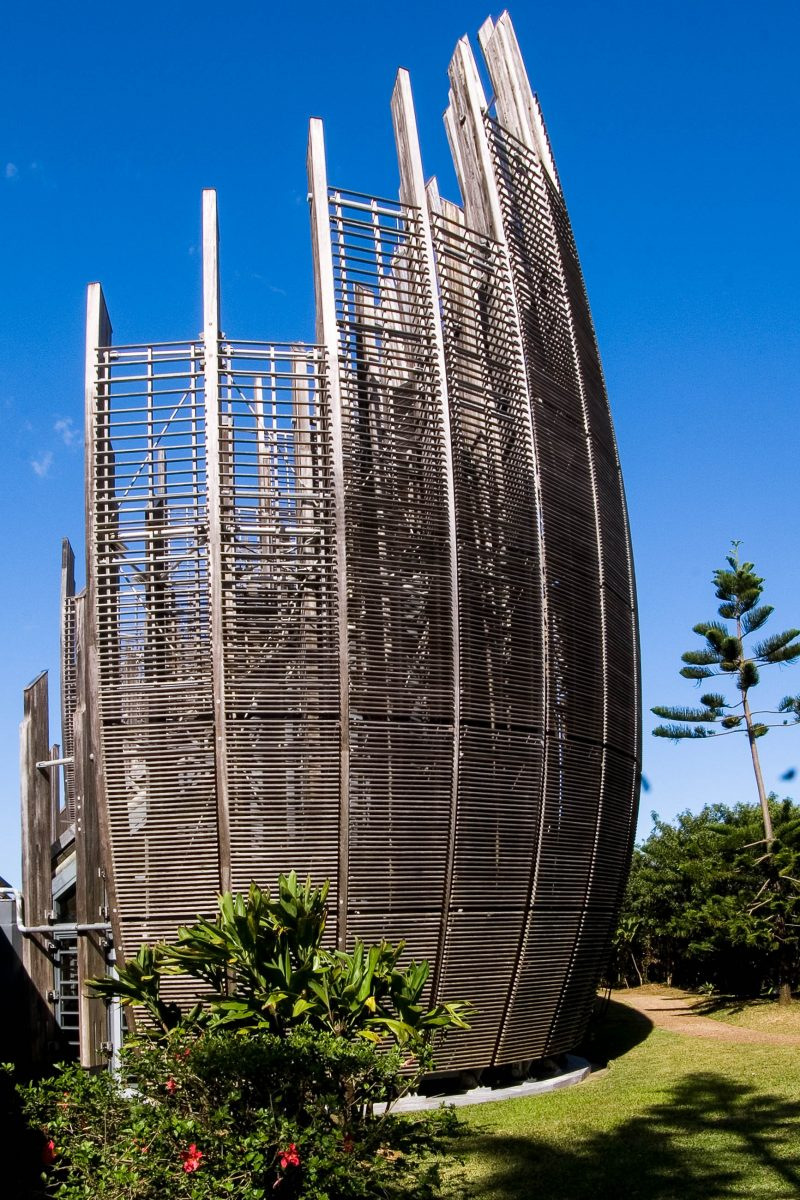Das Jean-Marie-Tjibaou-Cultural-Center auf Neu-Kaledonien wurden den typischen Häusern der Kanak-Kultur nachempfunden - © FannySchertzer CCBY-SA3.0/Wiki
