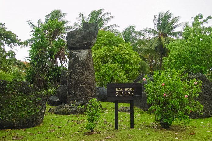 Angeblich hat der Chamorro-Häuptling Taga auf der Insel Tinian mit übermenschlichen Kräften aus riesigen Latte-Steinen ein Haus gebaut, Nördliche Marianen - © CT Snow CC BY 2.0/Wiki
