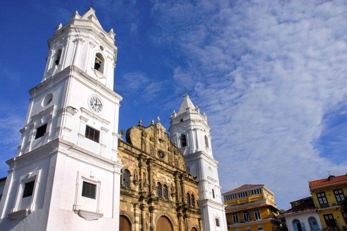 Die Kathedrale Metropolitana in der Altstadt von Panamas Hauptstadt ist eine der größten Kathedralen in Zentralamerika - © cienpies / Fotolia