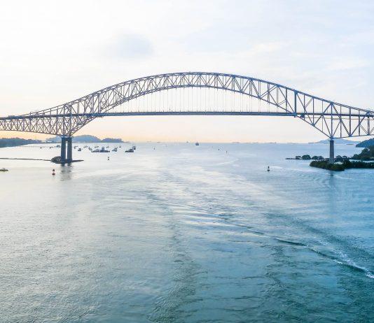Die Puente de las Américas ist eine gewaltige Brückenkonstruktion in Panama und überspannt seit 1962 den für die Schifffahrt künstlich geschaffenen Panama-Kanal - © Vilant / Fotolia