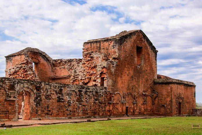 Die Missionarsstation La Sintisima Trinidad del Paraná wurde errichtet, um die Guarani-Indianer zum Christentum zu bekehren, Paraguay - © Lukasz Kurbiel / Shutterstock