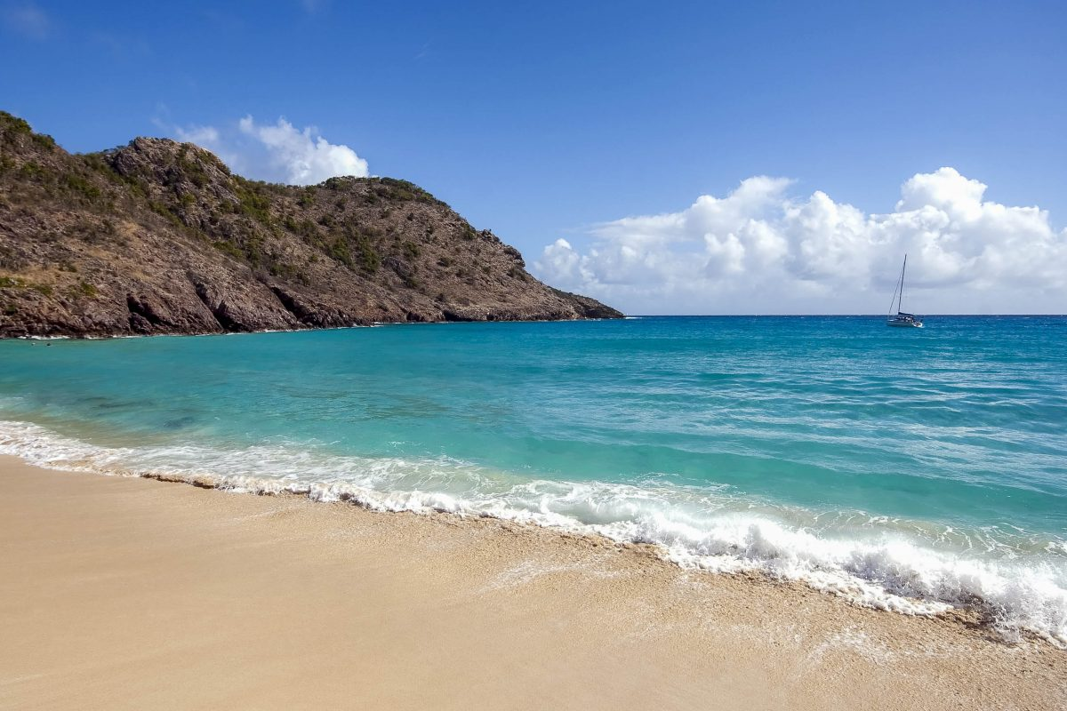 Der Gouverneur Beach ist von Klippen umschlossen und hat fantastische Unterwasserwelten zu entdecken, Saint Barthelemy - © Stefan Kuiper / Shutterstock