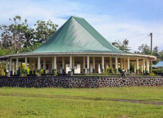 Eine Fale, das traditionelle Versammlungshaus auf Samoa - © Valery Shanin / Shutterstock