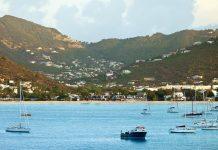Blick auf Philipsburg, die Hauptstadt der niederländischen Karibikinsel Sint Maarten - © John Wollwerth / Shutterstock