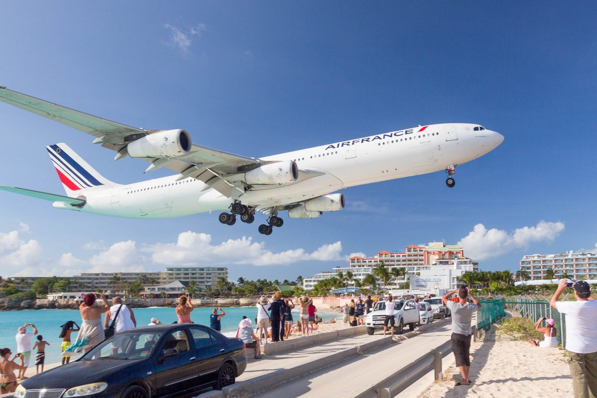 Spektakulärer Landeanflug einer Air France Maschine über Maho Beach auf den Princess Juliana International Airport, Sint Maarten - © Steve Heap / Shutterstock
