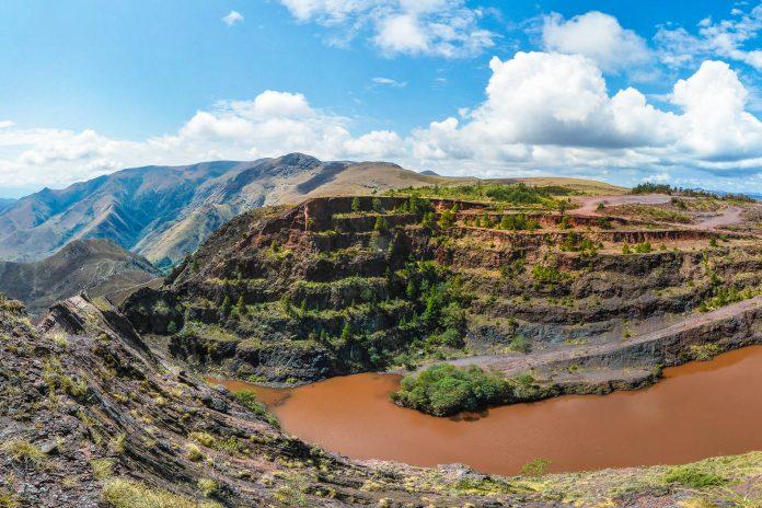 Die Ngwenya Mine an der Bomyu Ridge, der Nordwest-Grenze von Swasiland ist laut Experten die älteste Mine der Welt - © Felix Lipov / Shutterstock