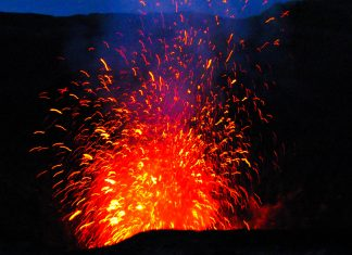 Ausbruch des Vulkans Mount Yasur auf der Insel Tanna, Vanuatu - © PrzemyslawSkibinski/Shutterstock