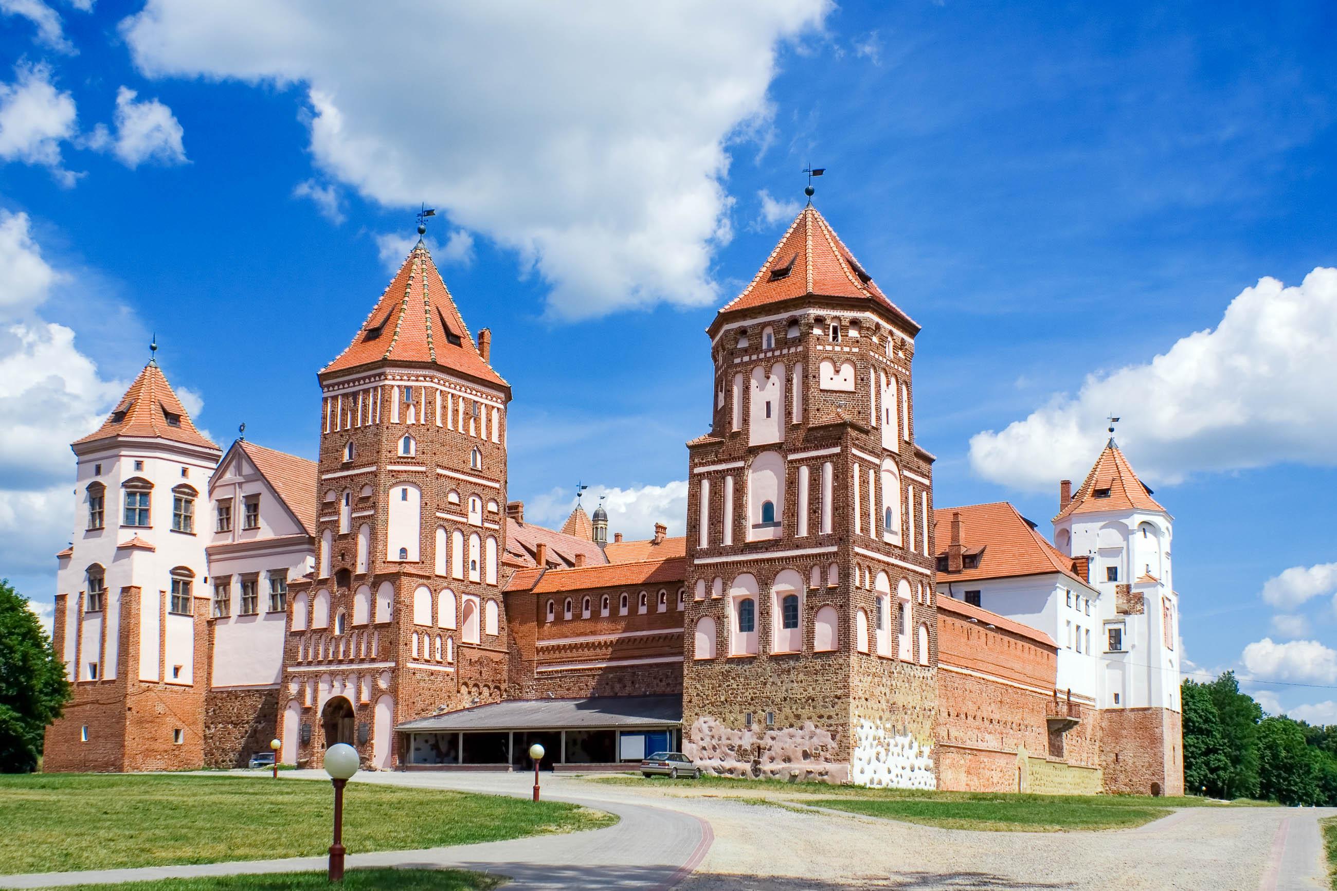 Blick auf das Schloss Mir, das im 16. Jahrhundert errichtet wurde, Weißrussland - © StockThings / Shutterstock