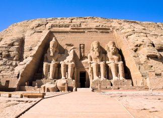 Blick auf Abu Simbel, einen monumentalen Felsentempel, den sich Pharao Ramses II. vor über 3.000 Jahren als Denkmal errichten ließ, Ägypten - © TanArt / Fotolia