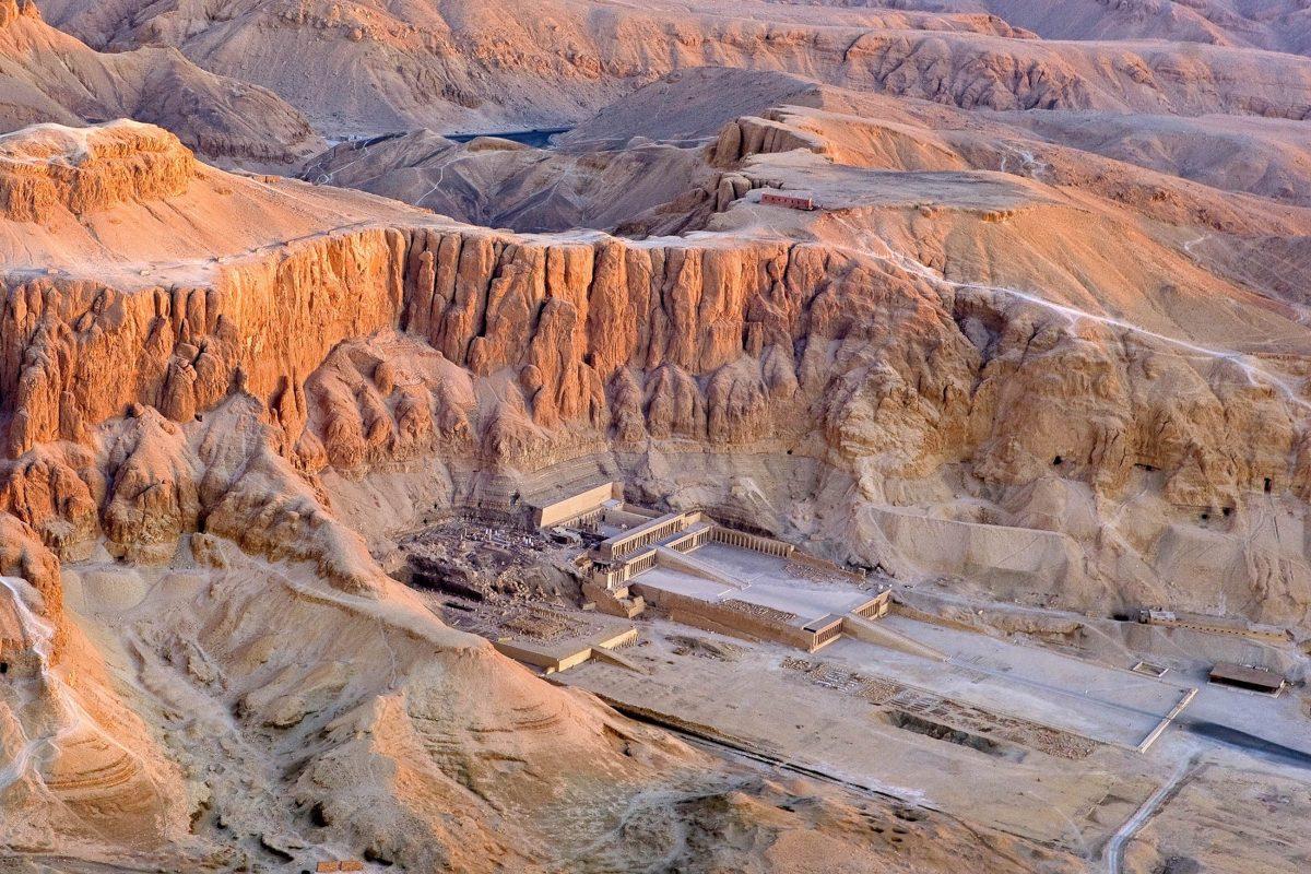 Blick aus der Vogelperspektive auf den berühmten Tempel der Hatschepsut und das dahinter liegende Tal der Könige in Ägypten - © WitR / Shutterstock